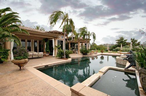 Обои Отель с бассейном, пальмами, клумбами и статуями львов, на фоне пасмурного неба