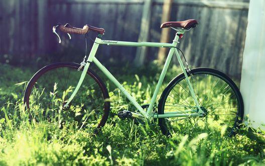 Обои Зеленый велосипед Knockaround, стоящий на зеленой лужайке