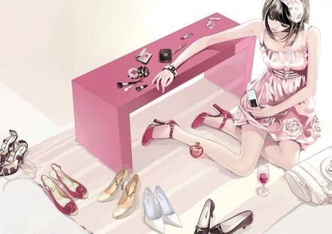 Обои Девушка собирается на свидание / гламурная девушка с телефоном в руке сидит около розового столика, на котором разложена косметика, рядом лежит её сумочка и флакончик духов в форме сердечка, стоит бокал вина и пять пар разных туфель, art by Daisy