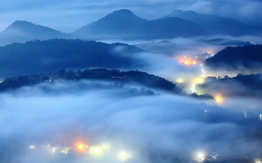 Обои Туман лег на холмы и на город, светящийся вечерними огнями