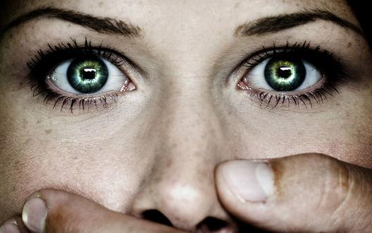Обои Зеленые глаза девушки и мужская рука закрыла ей рот