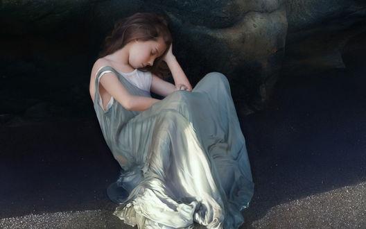 Обои Уставшая девушка в серов платье спит в тени около камня