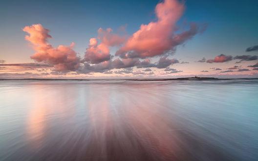 Обои Облака розового оттенка повисли над тихой гладью моря