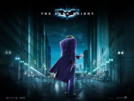 Обои Джокер из фильма Темный Рыцарь / The Dark Knight стоит на пустой дороге ночного города Готэм-сити /  Gotham City