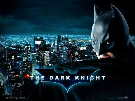 Обои Бетмен из фильма Темный Рыцарь / The Dark knight  на фоне ночного города