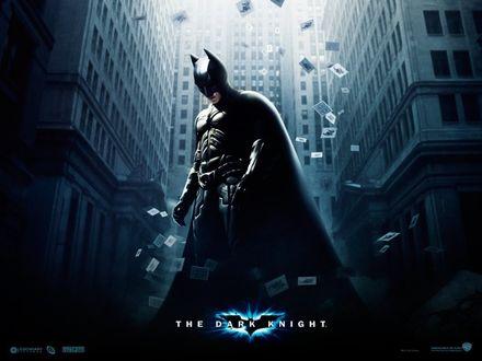 Обои Бетмен из фильма Темный Рыцарь / The Dark knight  стоит на фоне городского здания и летающих игральных карт