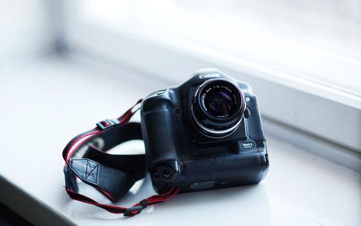 Обои Фотоаппарат  Canon лежит на подоконнике