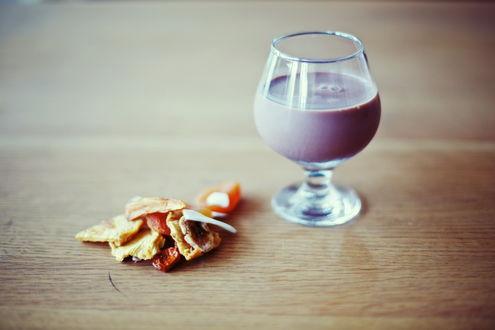 Обои На столе лежит завтрак в виде бокала с коктелем и сушеных фруктов