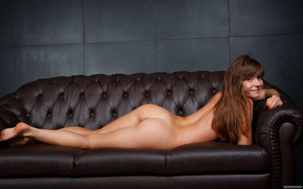 фото голые бабы на диване