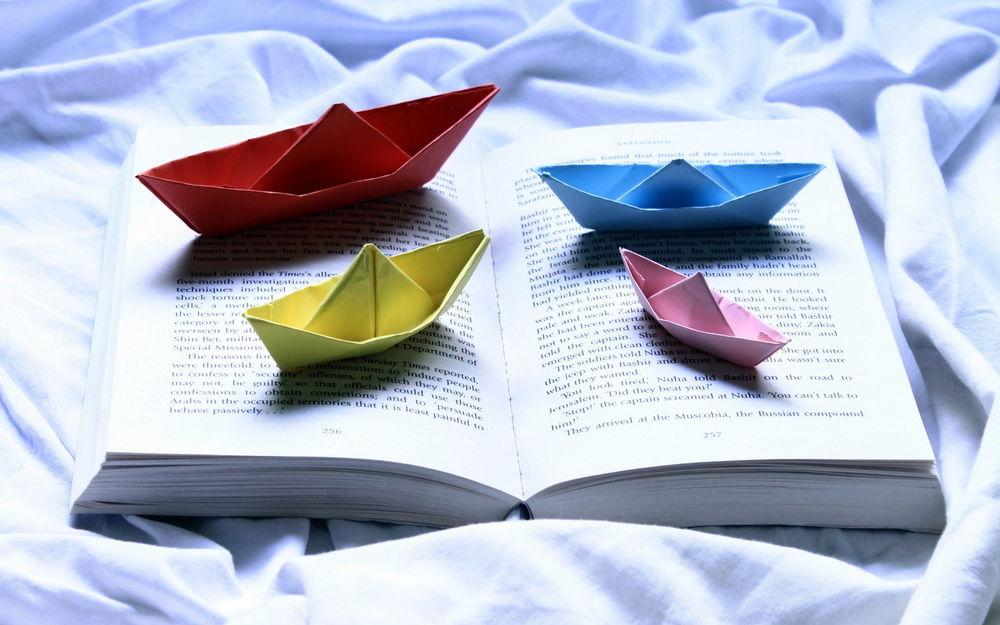 Обои для рабочего стола Бумажные разноцветные кораблики в книге