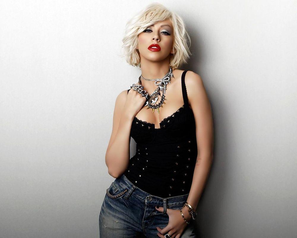 Блондинка в пррзрачной фцтболке