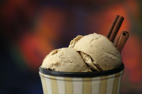 Обои Мороженое с корицей на коричневом фоне
