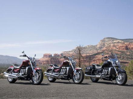 Обои Три мотоцикла Triumph Rocket III на фоне каньона