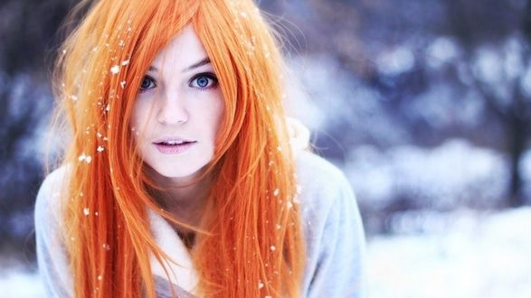 Обои Рыжеволосая девушка в снегу