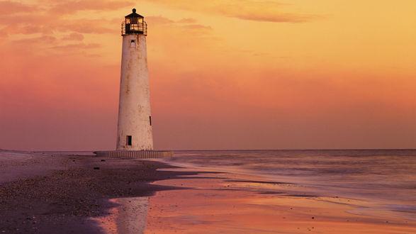 Обои Море вечером и одиноко стоящий Saint George Island Lighthouse / Маяк Святого Георгия, USA / США, находится в шести милях (10 км) от побережья Северной Калифорнии