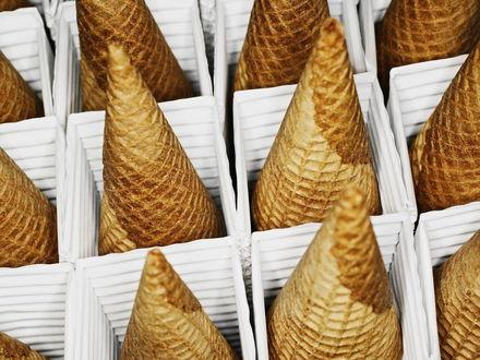 Обои Вафельные рожки для мороженого в белых коробках