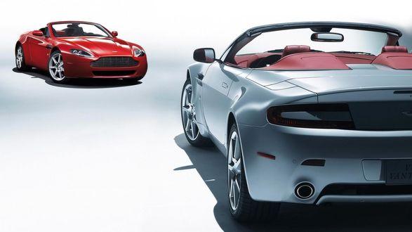 Обои Два Aston Martin V8 Vantage / Астон Мартин Вантаж стоят друг напротив друга