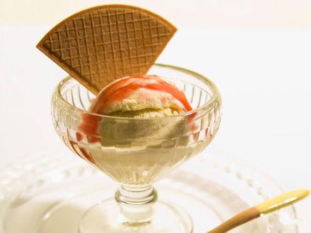 Обои Шарик мороженого политый сиропом в прозрачной креманке с вафлей