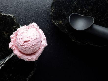 Обои Розовый шарик мороженого в специальной ложечке