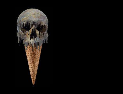 Обои Мороженое, в виде жуткого черепа, в вафельном рожке, тает и стекает вниз
