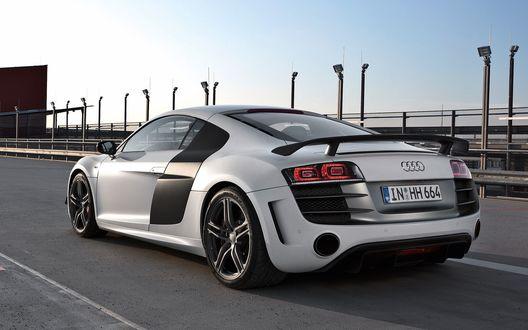 Обои Audi R8 / Серебристый Ауди на треке