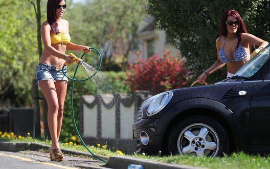 Обои Мойка машины в жаркий день, Две девушки в шортиках и купальниках моют черную MINI Cooper / Мини Купер, поливая ее из шланга