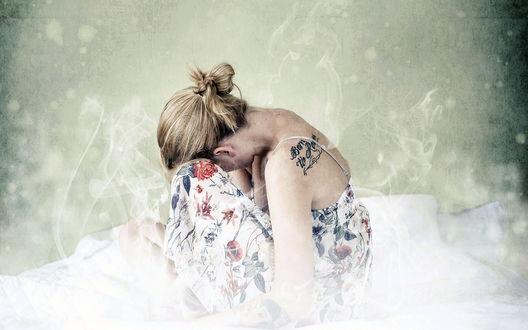 Обои Девушка с тату на руке сидит в плену дыма, положив голову на ноги