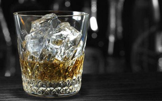 Обои Стакан виски со льдом
