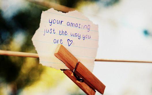 Обои Клочок бумаги с надписью 'Your amazing just the way you are ♥' / 'Ты прекрасен таким, какой есть' защемлен прищепкой