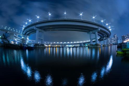 Обои Монорельсовая дорога Юрикамомэ, делающая петлю перед Радужным мостом над Токийской гаванью, Япония