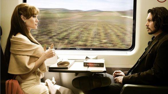 Обои Кадр в поезде из фильма 'Турист / The Tourist', Анджелина Джоли / Angelina Jolie в роли Элиз Клифтон Уорд и Джонни Депп / Johnny Depp в роли Фрэнка Тупело