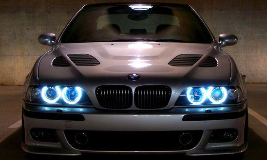 Обои Автомобиль BMW 5 E39  / БМВ 5 Е39 с голубыми фарами на подземной парковке