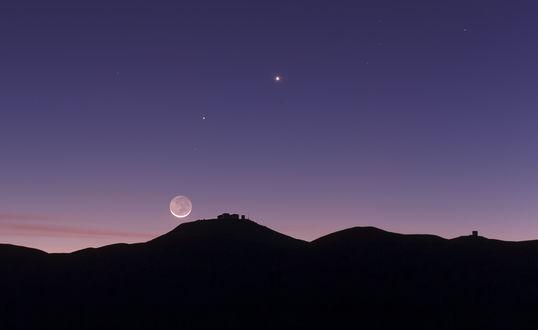 Обои Луна, Венера и Юпитер, ночью на небе над черным силуэтом гор