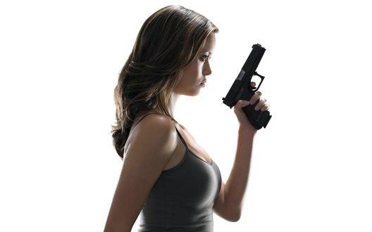 Обои Саммер Глау / Summer Glau с пистолетом