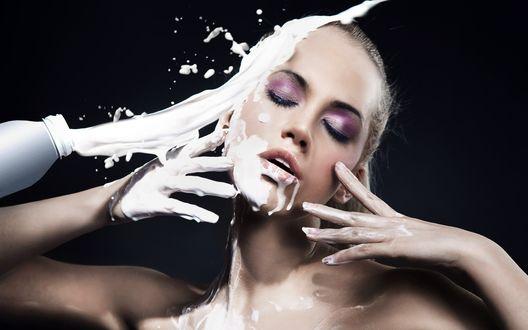 Обои Руки, часть головы и пухлые губки модели залиты молоком из бутылки