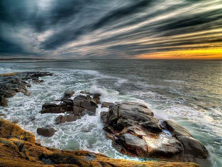Обои Морские волны набегают на прибрежные камни