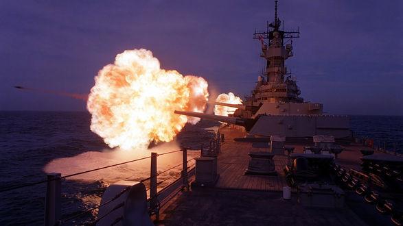 Обои Ночные боевые стрельбы морского крейсера из палубных пушек