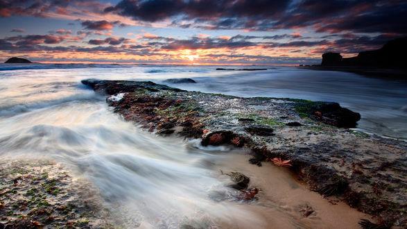 Обои Морские волны бьются о каменистый берег на закате