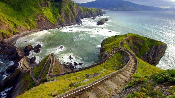 Обои Пешеходная дорога на гребне крутого скалистого морского берега