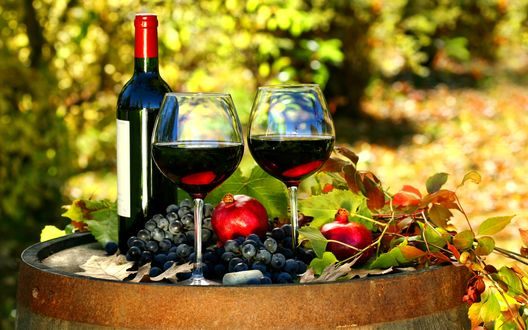 Обои Бутылка вина с бокалами стоят на бочке