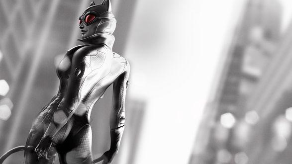 Обои Catwoman / Женщина кошка из игры Batman Arkham City / Бэтмен: Аркхем сити держит в руках кнут на фоне черно-белого города