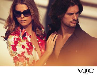 Обои Парень и девушка смотрят в разные стороны, реклама VJC Versace