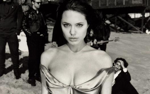 Обои Angelina Jolie / Анджелина Джоли уходит в платье от парней в костюмах