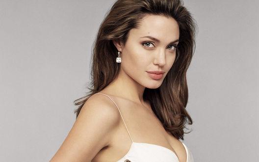 Обои Angelina Jolie / Анджелина Джоли с уложенными волосами в квадратных серьгах в светлом платье
