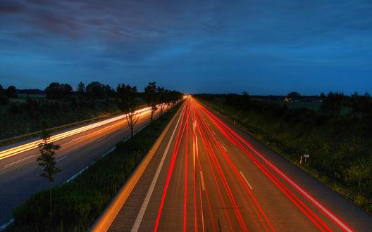 Обои Машины на большой скорости мчатся по дороге
