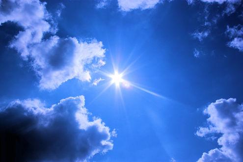Обои Солнце в небе среди туч