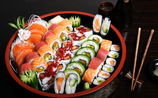 Обои Разнообразные суши и ролы в казанке