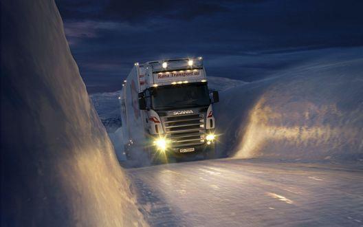 Обои Белый тягач Scania / Скания едет ночью по заснеженной местности, кругом сугробы (Rora Transport as)