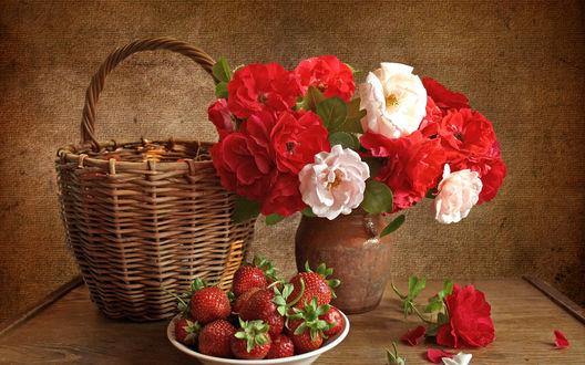 Обои Корзина, тарелка с клубникой и ваза с чайными розами
