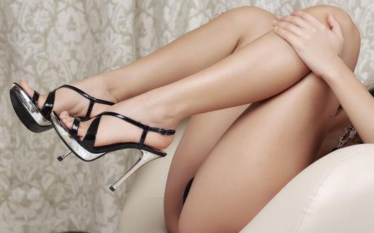 Обои Женские ножки в серебряно - чёрных туфлях